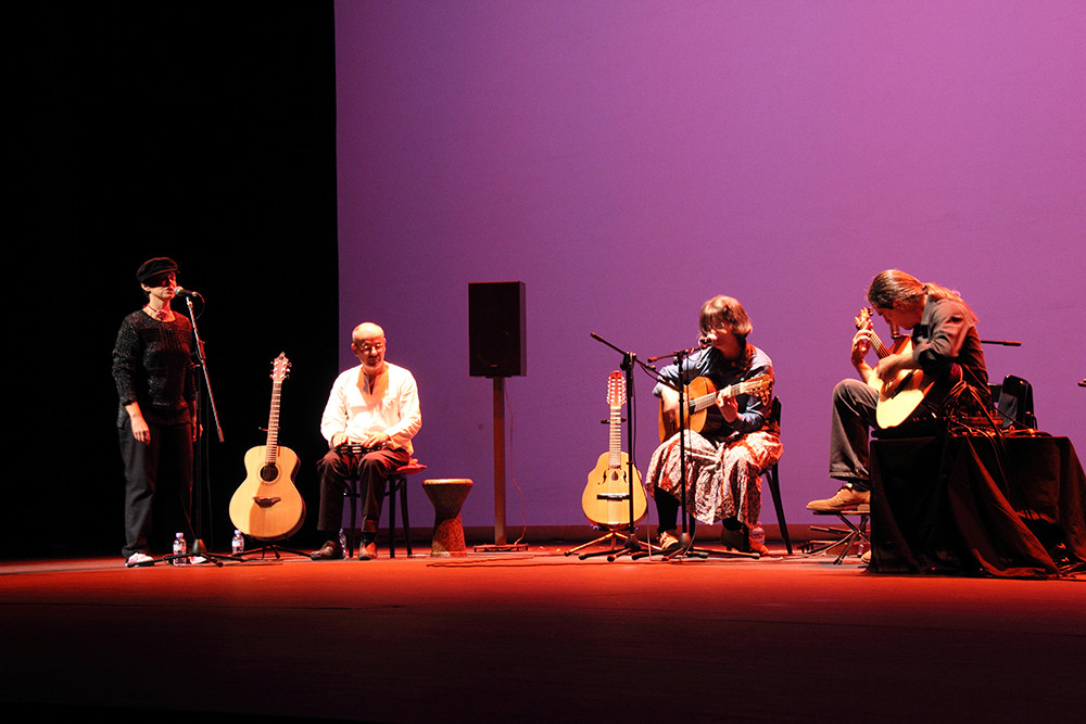 Yani Martinelli, con Julio García, Carmen Ros (coros) e Isidro Solera (pandereta). Foto: Ricardo Solanes
