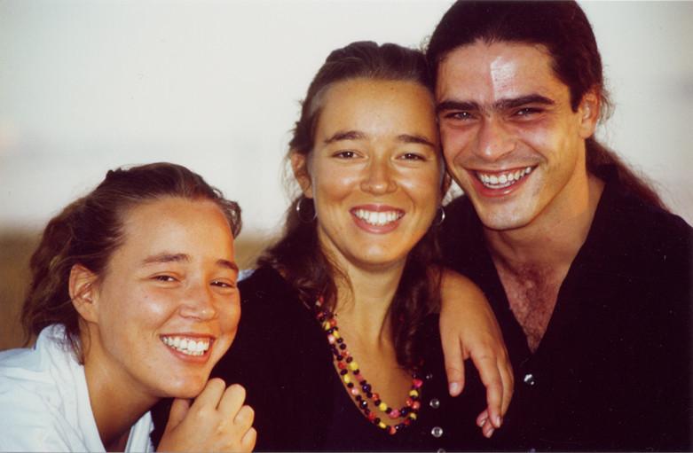 Ana Ros, Carmen Ros y Julio García después de grabar Cielo y tierra