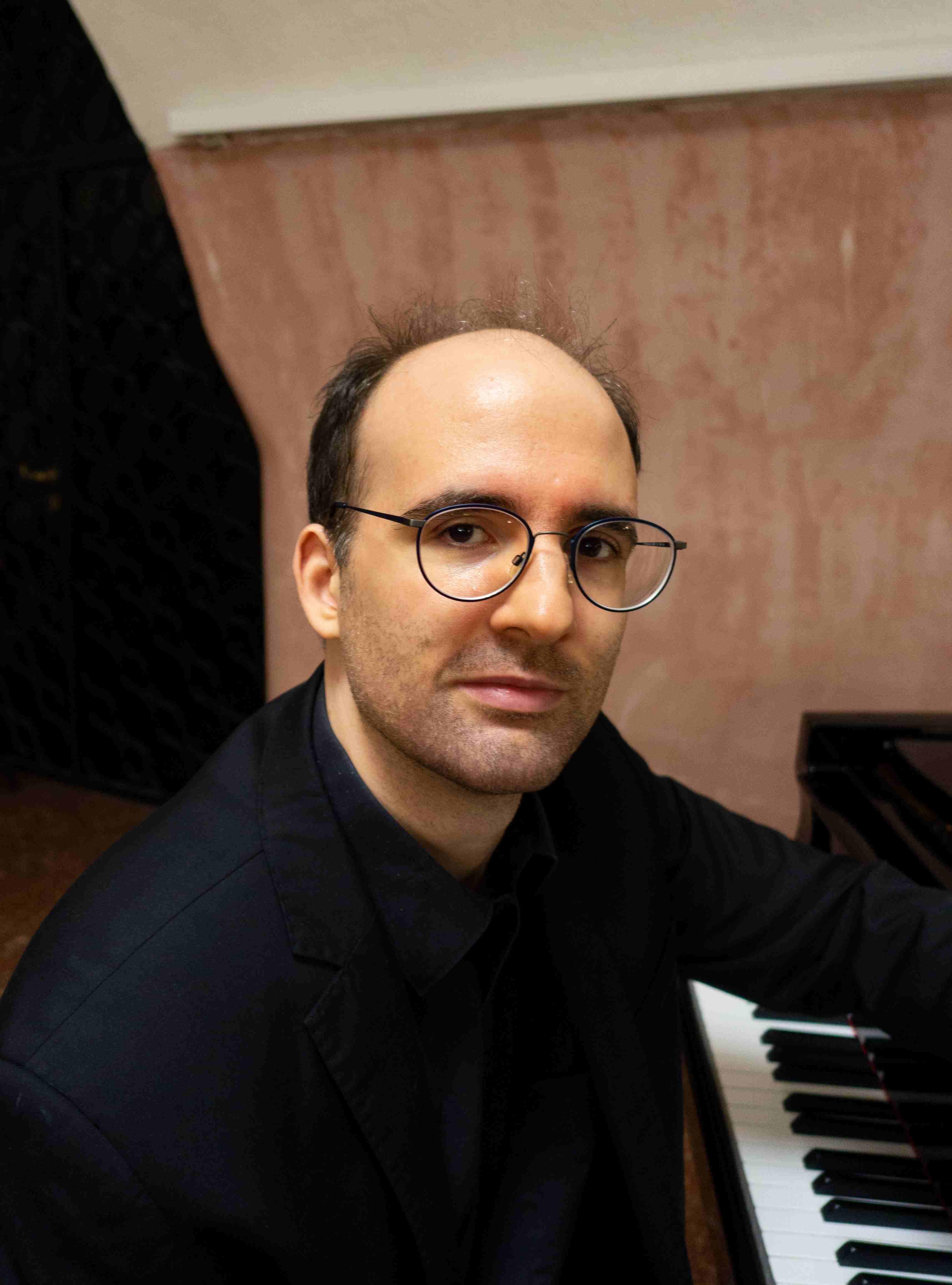 Maximilian Schamschula,  Klavier und musikalische Leitung