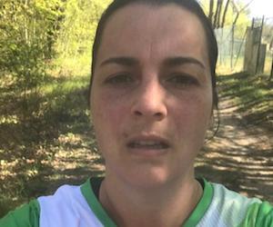 Zehn Kilometer rund um Güsen ist Angela Jahn gelaufen - natürlich mit dem aktuellen Elbdeichmarathon-Shirt.