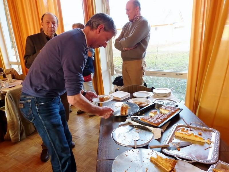 Benedikt Warnke am Kuchenbüffet