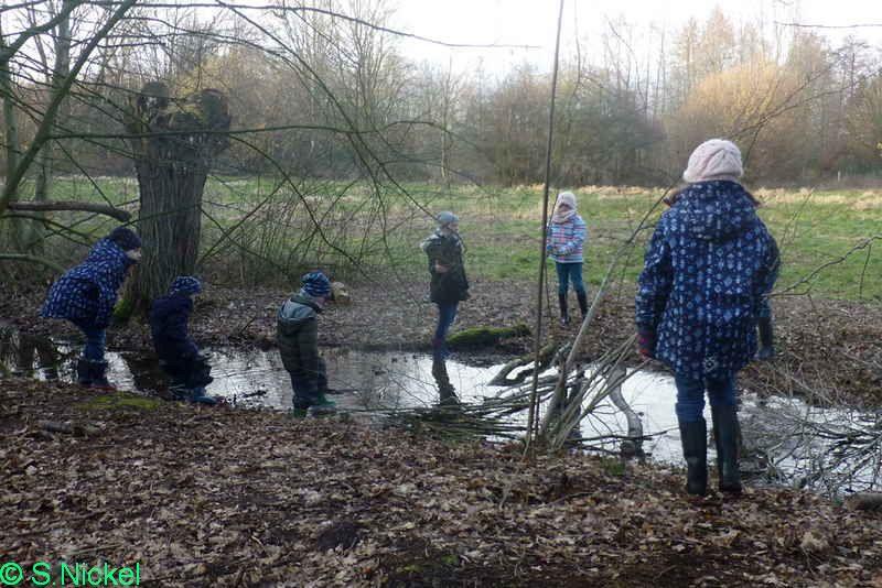 Foto: S.Nickel   -Kinder erkunden den Bachlauf in der Ökozelle-