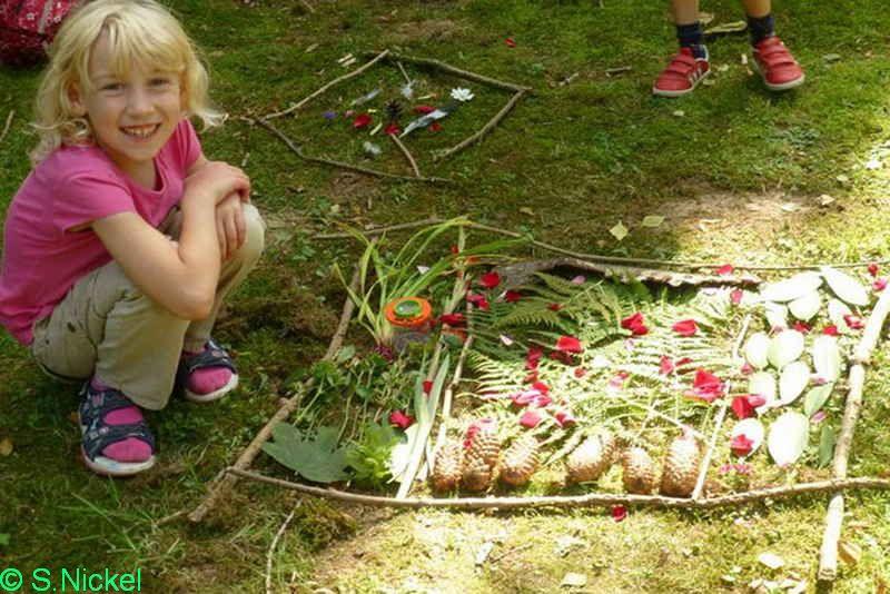 Foto: S.Nickel   -Kinder gestalten Bilder aus Naturmaterialien-