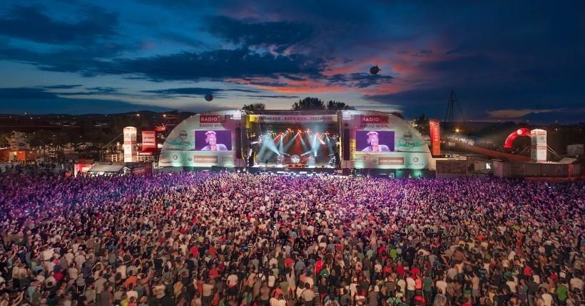 Heuer 1.500 Künstlerinnen und Künstler beim 33. Donauinselfest. Zwölf Bühnen werden vom 24. bis 26. Juni bespielt, günstiges Hotel Empfehlung Urania