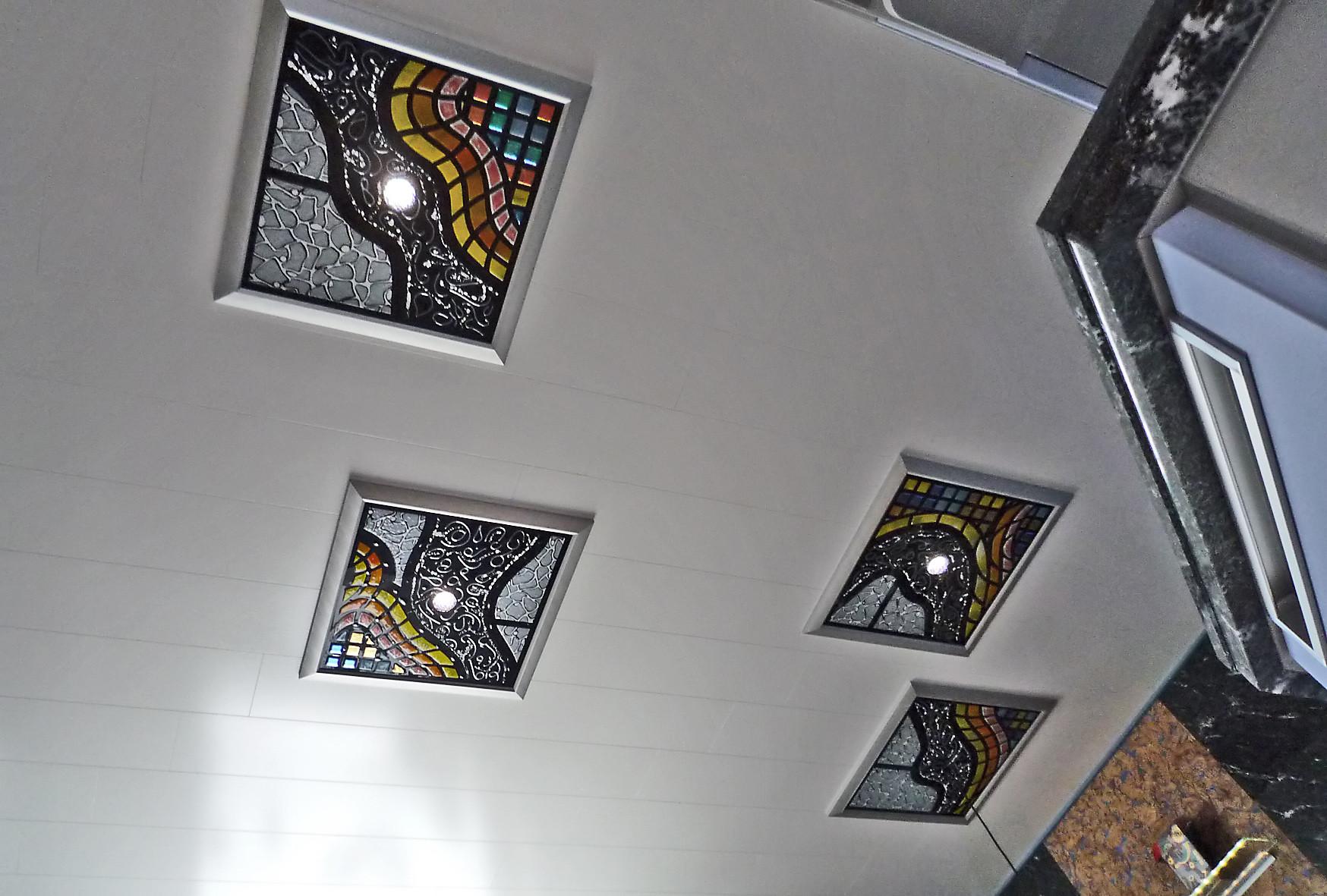 Schmelzglas-Deckenelemente mit LED-Beleuchtung