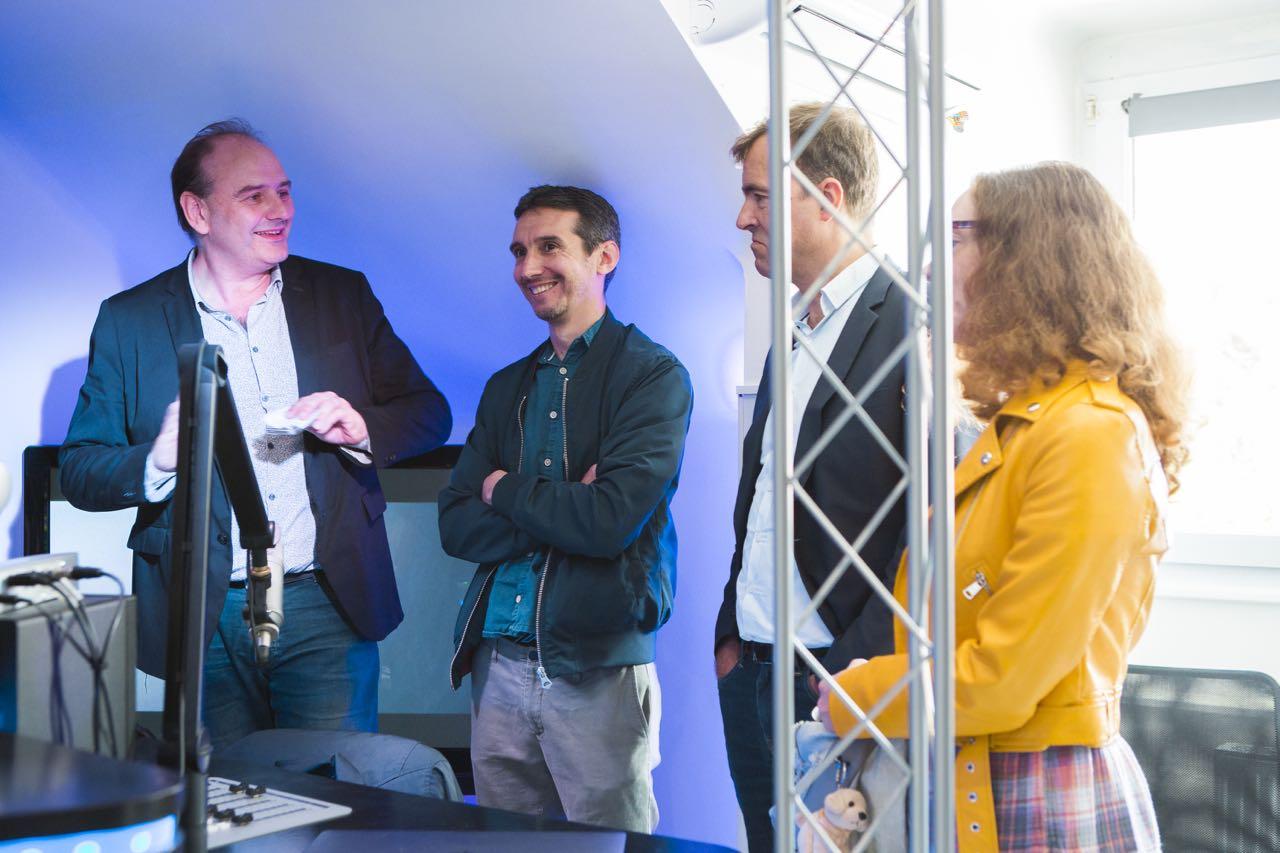 Laurent Hongne, membre de l'équipe dirigeante de Playloud, reçoit les invités dans les studios de Playloud et Euradio