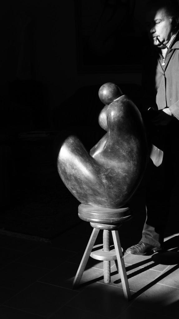 """CULLA MATERNA. """"Primo premio assoluto per la scultura Arte e Pesia 1999"""". Motivo:""""L'avvolgente abbraccio materno, delicatamente affiorante dall'asperità della materia,suscita sensazioni di mistero ed esalta la creatività,in un impatto di viva spiritualità"""