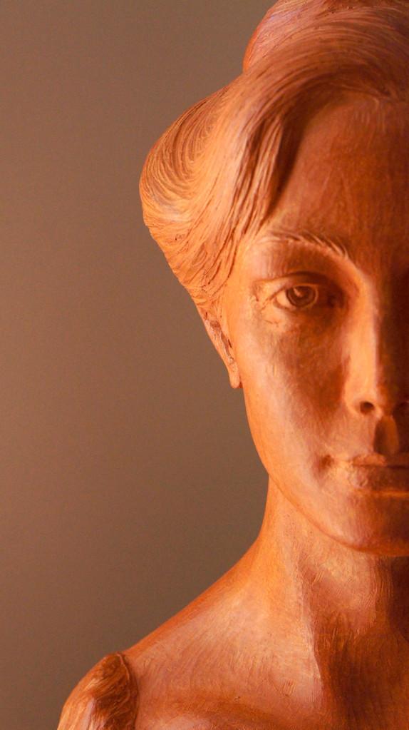 Ritratto di donna. Terracotta patinata 35x20x50