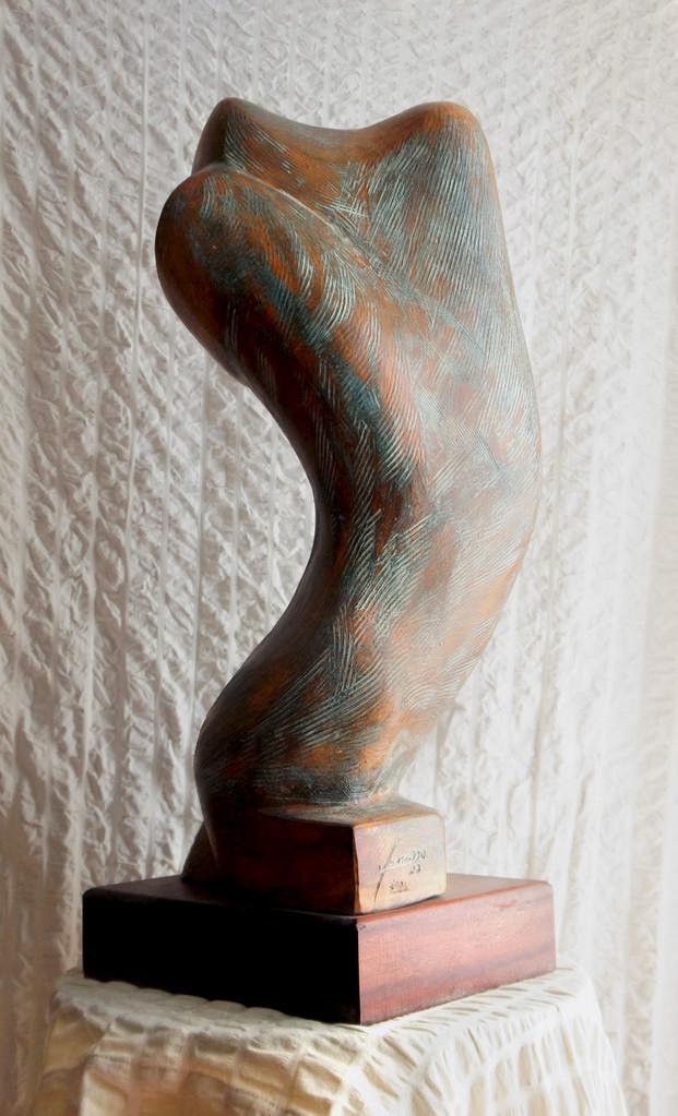 """METAMORFOSI. Terracotta patinata 25x25x80 """"La metamorfosi nell'ARTE è quell'idea che spinge l'uomo affannosamente alla ricerca dell'essenzialità, facendo si che l'opera, anche senza le peculiarità, risulti riconoscibile anche nella sua forma pura..."""""""