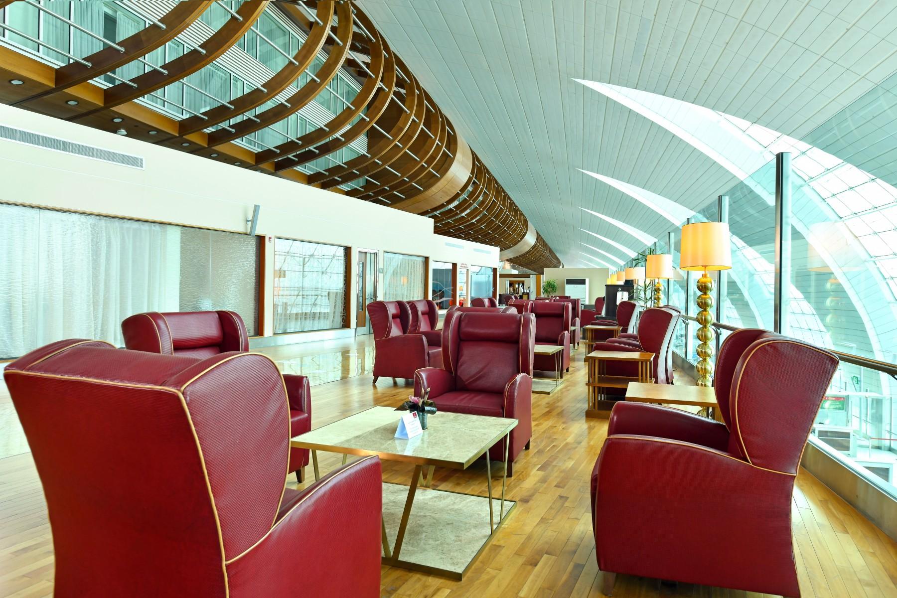 Emirates rouvre son salon Première Classe à l'aéroport international de Dubaï (DXB) pour répondre à la demande croissante de services haut de gamme