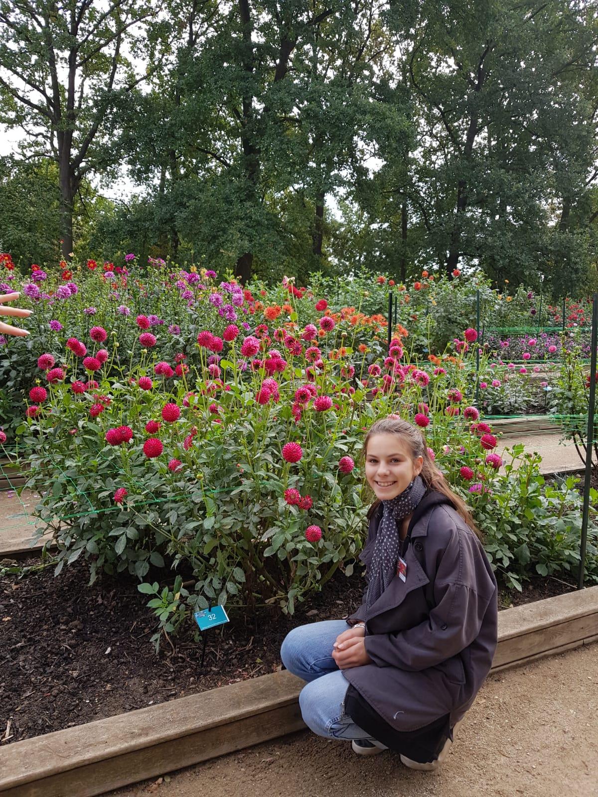 """Unsere jüngste Tochter Elisabeth sitzt stolz vor der Züchtung, die nach ihr benannt wurde: """"Krümel"""""""