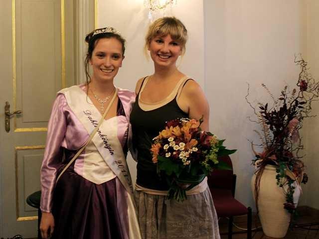 Die noch amtierende Dahlienkönigin Anja I. mit der frisch gewählten Madlen Schiewek, die am 30.08.2013 zum Beginn des Dahlienfestes gekrönt werden wird.