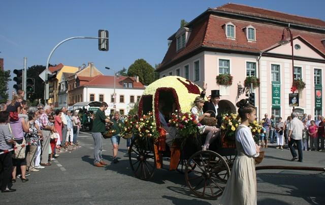 Den Höhepunkt des Stadtfestes bildete am Sonntag der Festumzug anlässlich der 650-Jahrfeier von Bad Köstritz. Unsere Gärtnerei gestaltete eine umgebaute Cinderellakutsche, die komplett mit Dahlienblüten besteckt wurde.