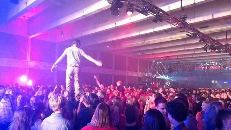 tanzen 2500 junge Leute
