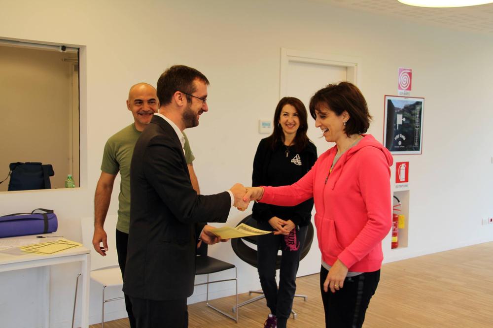Il Sindaco di Segrate Micheli consegna gli attestati di partecipazione al corso SEGRATE DONNA SICURA.