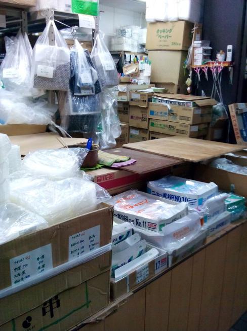 南大通りの川井商店さんお店で使う容器や袋を売ってるお店なのです。中でも角底袋は店主さんの手作りなんです(ノ゚ο゚)ノ オオォォォ-なんと!!袋を作り続けて55年(๏д๏)毎朝、お父さんが袋を作ってる姿見かけますが、いったい毎日何枚作ってはるんでしょ~ね(⊙♡⊙)
