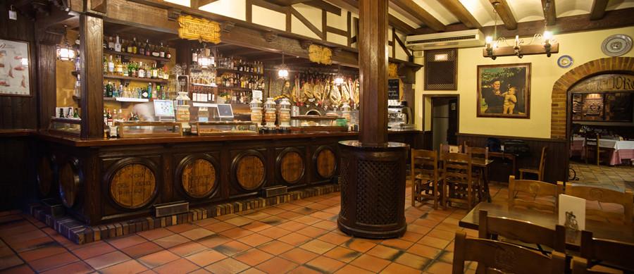 «El descanso de Juan Pacheco»,es el bar-mesón que da la bienvenida a los comensales.