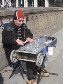 Literarische Wassermusik - Hier werden die Gläser einer Lesung mit Geschick zu Gehör gebracht. Gelesen hatte Martin Mosebach.