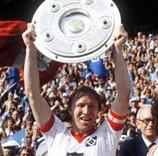 Kapitän Horst Hrubesch mit der Meister-Schale
