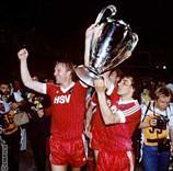 Horst Hrubesch und Felix Magath mit dem Pokal