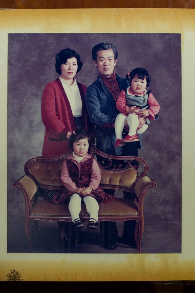 独立間もないころの、スタジオでの家族写真。