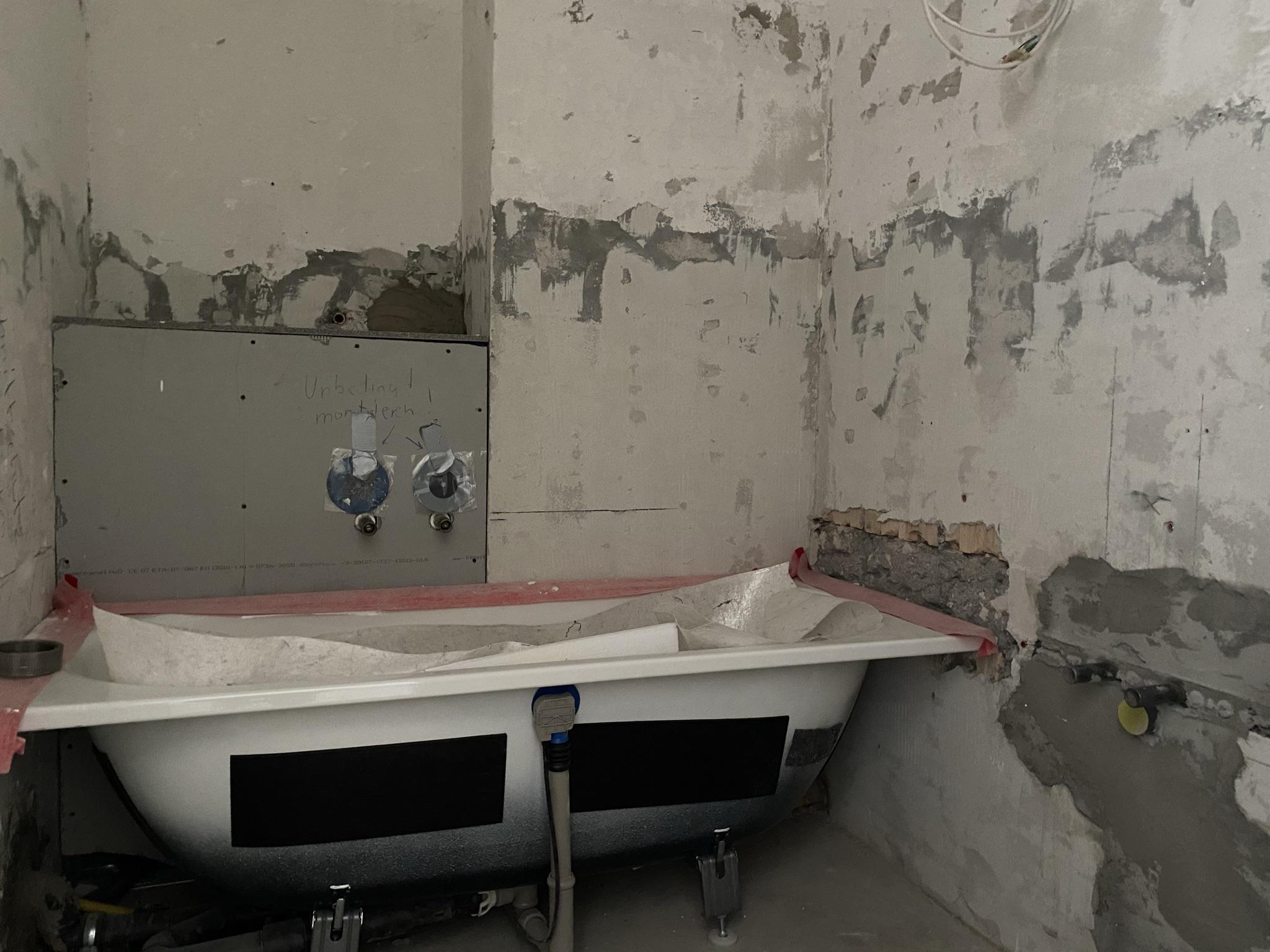 anstelle der Dusche wird eine Badewanne eingebaut