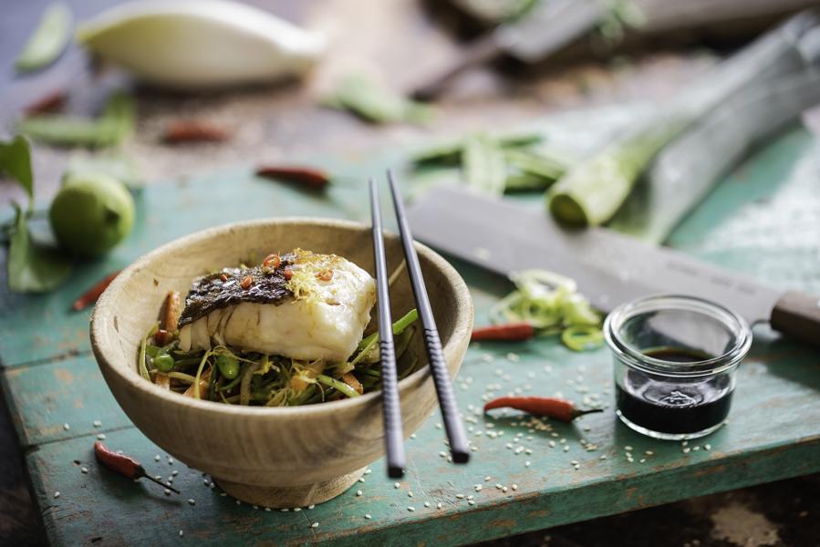 gebratener Skrei, Teriyaki-Lack, asiatisches Gemüse , Foodfotografie / Rezept Guido Weber