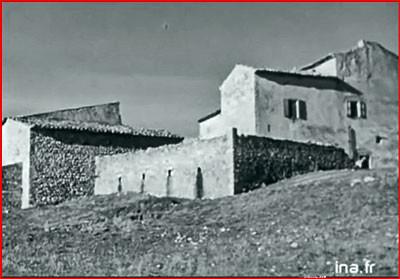 """La Fare """"Vie à Ste Croix du Verdon février 1957 capture d'écran (ferme installée dans un ancien monastère)"""