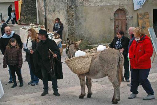 A midi, l'âne est venu livrer la glace sur la place du village