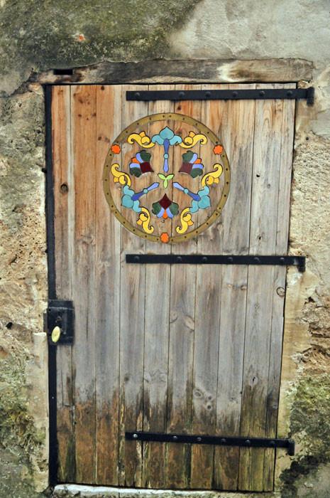 une porte joilement décorée