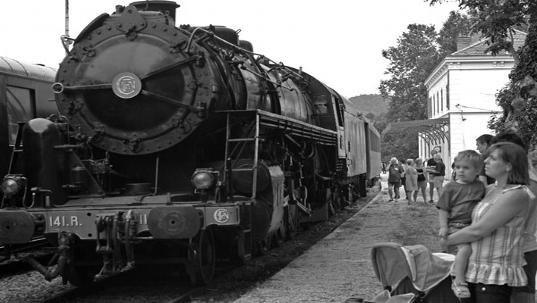 train à vapeur des années 50, de Toulouse, en gare de Brignoles