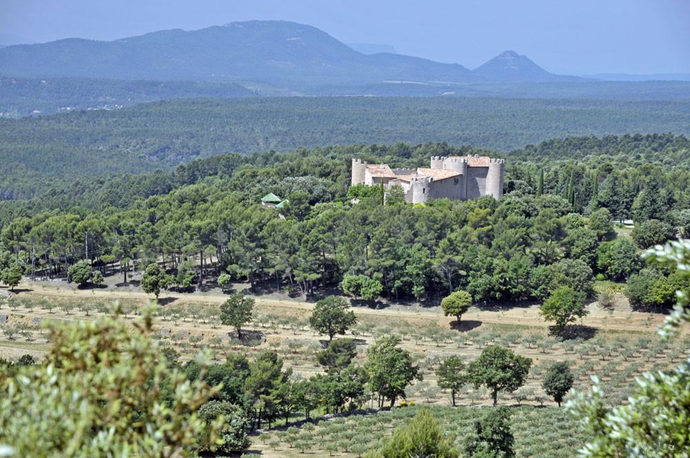 le château de Taurenne et son oliveraie, que l'on aperçoit de l'esplanade de Tourtour