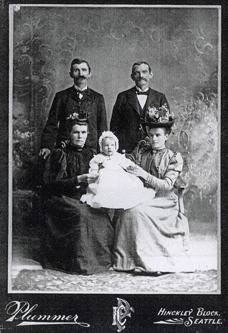 Max Bartl mit Ehefrau Agnes, deren Tochter Olga Schulz, Ehemann Max und Baby, 1902