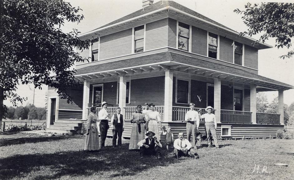 Deutsche Freunde und Verwandte vor Eitzenbergers neuem Haus, 1912