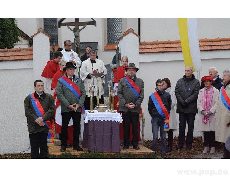 Vor dem Pferdeumzug zelebrierten unser Pfarrer Sepp die Leonhardiandacht.