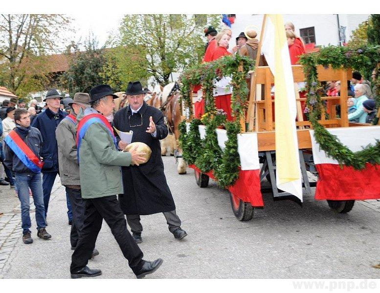 Die Reliquie mit dem Kopf vom Heiligen Leonhard wird zum Festwagen gebracht.