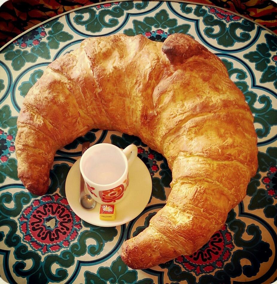 croissant géant en mousse souple, base plate, (30x 27cm , ht 15cm)