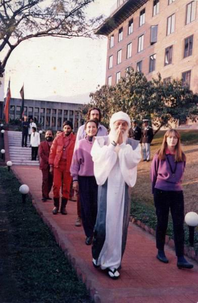 Osho with Hasya, Vivek and other disciples, in Kulu Manali, 1986