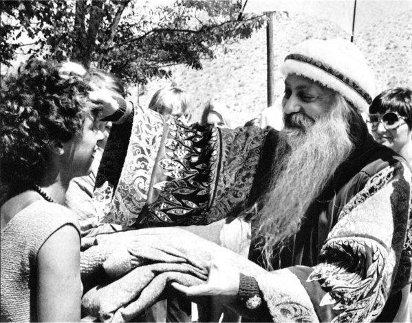 Uma discípula, Osho e Sheela, em Rajneeshpuran,Oregon, USA, 1984