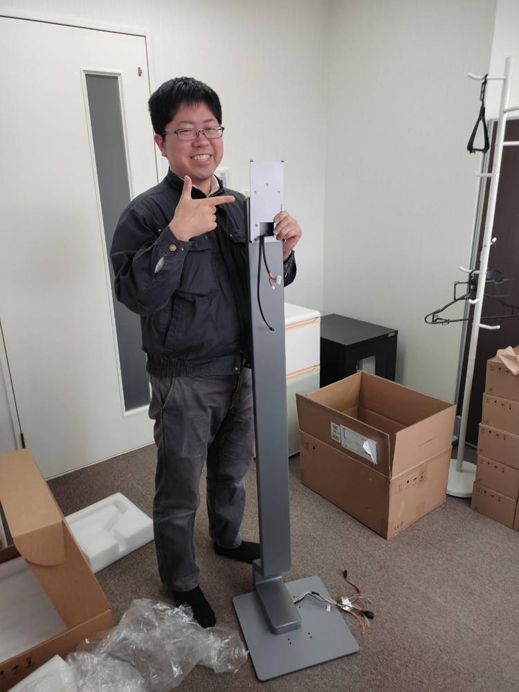 スタンド付きサーマルカメラを組み立て中です