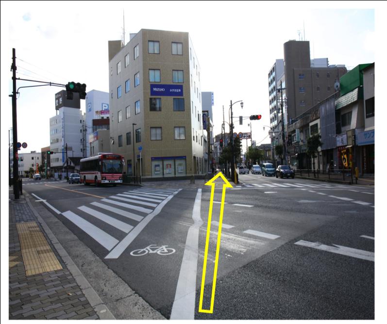 「枚方市役所前交差点」を直進します。