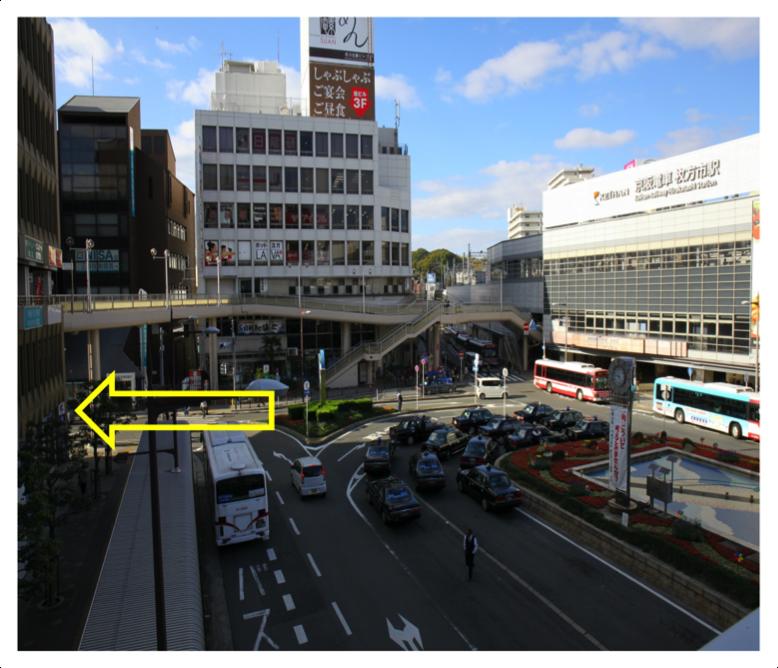 「枚方市中央南口出口」を出て、直進します。