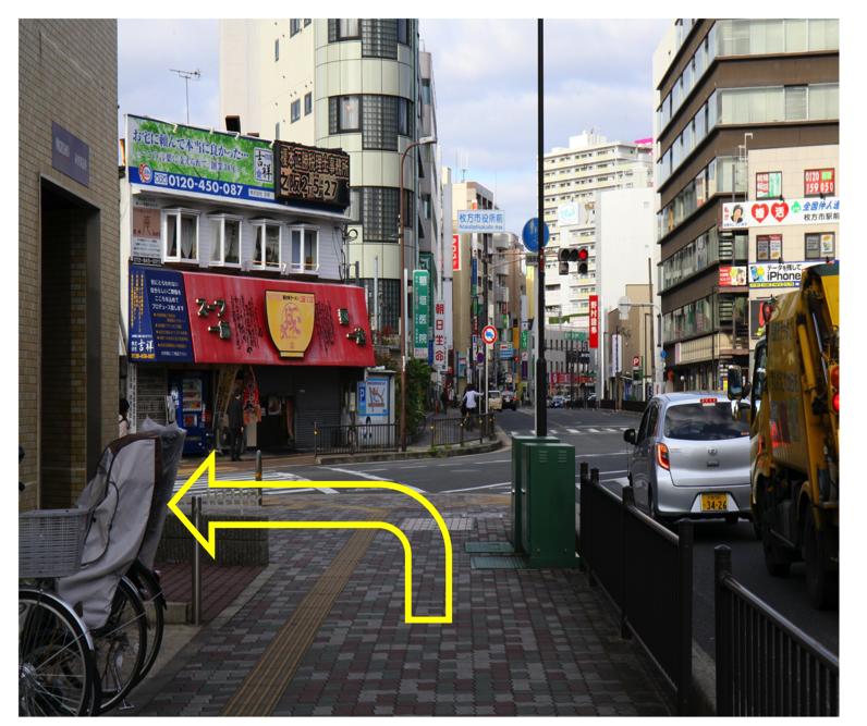 「枚方市役所前交差点」を左折します。