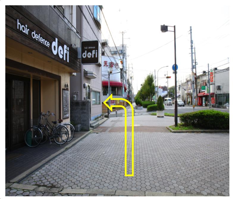 さらに道なりに進み、前方に飲食店「天安門」がある交差点を左折します。