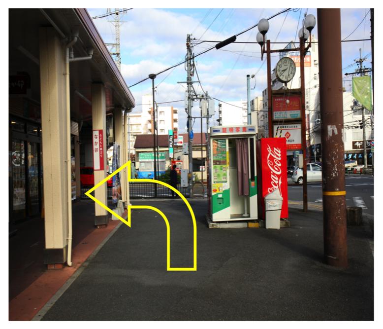 突き当りの交差点を左折します。