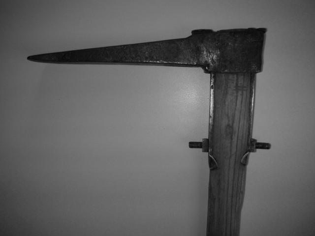 Originalgetreuer Nachbau der Hauptmordwaffe (Reuthaue) / die Schraube stand beidseitig hervor, nicht wie bisher angenommen, nur auf einer Seite / das Töten mit der Schraube erforderte Übung und eine präzise Handhabung
