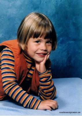 Noelle Westphalen Kind Fotograf 1997 blau Streifen Weste Shooting