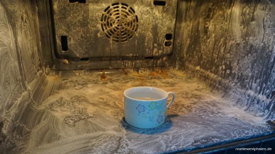 Backofen Ofen  Herd Verschmutzungen Schmutz dreckig reinigen eingebrannt putzen sauber Reinigung rein schrubben Tasse Backpulver Wasser Natron Essig