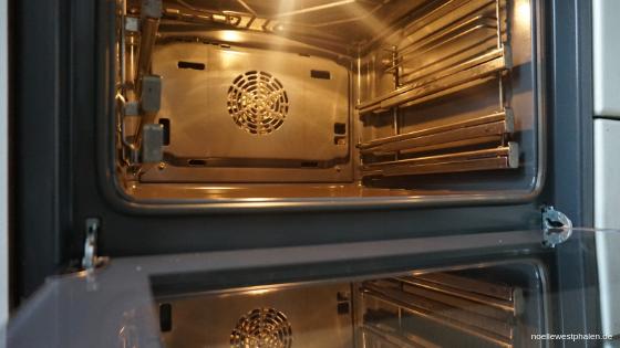 Backofentür Tür Scheibe GlasBackofen Ofen  Herd Verschmutzungen Schmutz dreckig reinigen eingebrannt putzen sauber Reinigung rein schrubben Tasse Backpulver Wasser Natron Essig