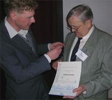 NABU Landesvorsitzender Dr. H. Buschmann verleiht R. Krause die goldene Ehrennadel - Foto: NABU/F. Lüdersen